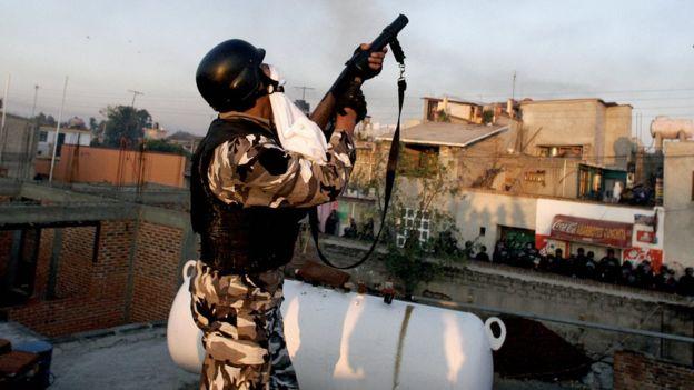 Policía dispara en Atenco, México.