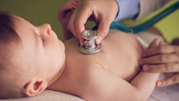 Pediatra con un bebé