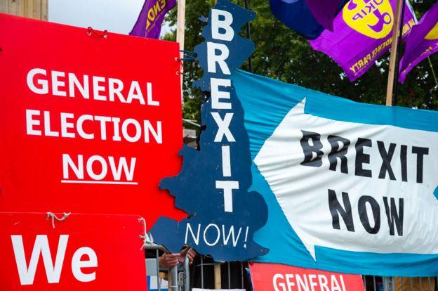 Carteles a favor y en contra del Brexit en Reino Unido