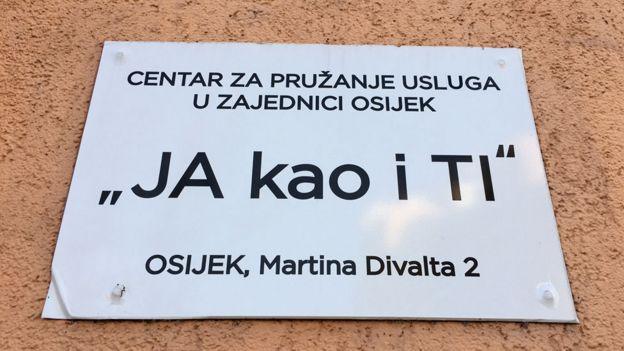 Cartel con el nuevo nombre del centro.
