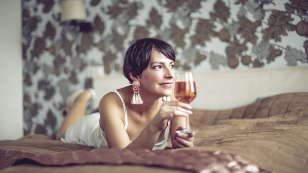 mulher bebendo de calcinha e sutiã
