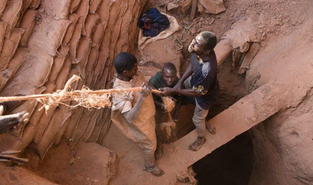 Mineros extrayendo cobalto en la República Democrática del Congo