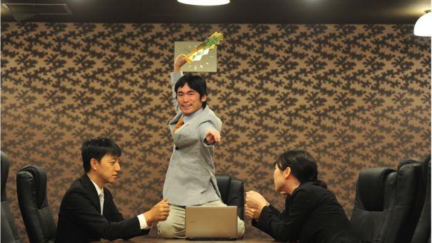 茶会の際には、日本の伝統芸能である「狂言」で現代のビジネスマンにありがちなエピソードを演じるパフォーマンスを行うことも(撮影:本宮誠)