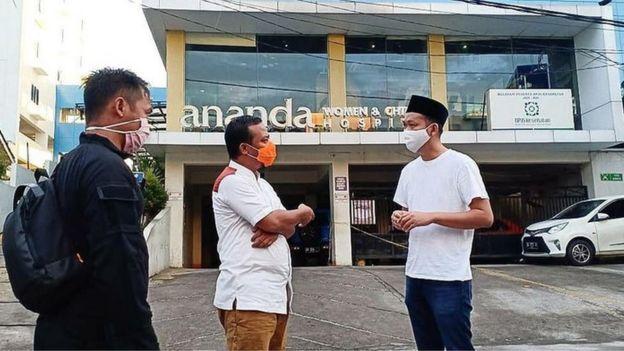 Wagub Sulsel Andi Sudirman Sulaiman saat meninjau kondisi Ervina di RS Ananda Makassar.