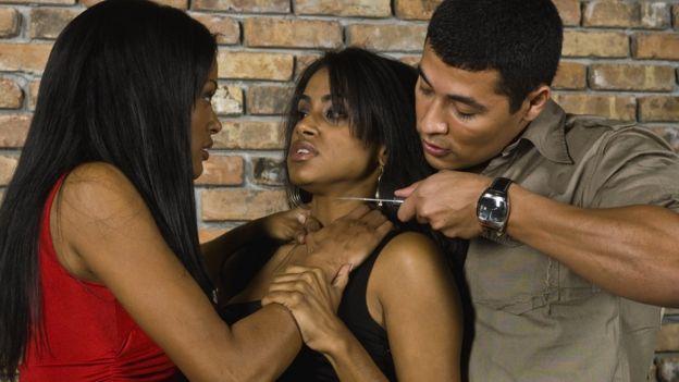 Mujer abusa sexualmente de un hombre