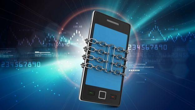 Imagem de celular com correntes ao redor