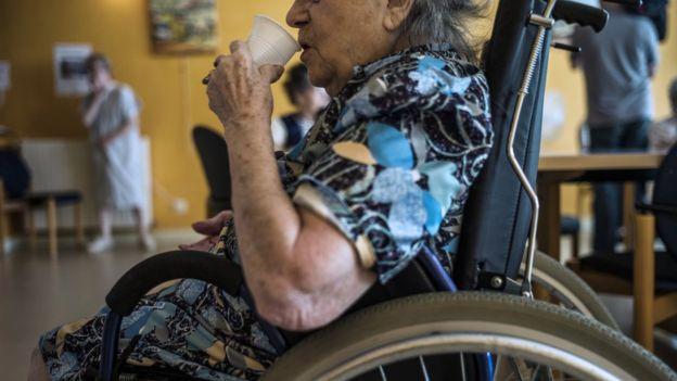 Las personas mayores y con movilidad reducida pueden tener más dificultades durante las olas de calor.