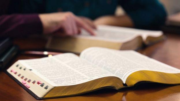 Pessoas estudando a bíblia
