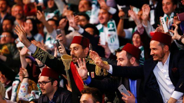 Fesli AKP destekçileri