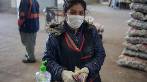 Mujer en mercado argentino