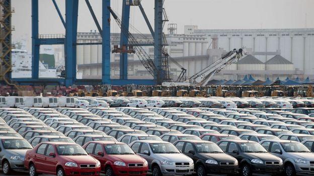Autos Fiat en el puerto de Santos en Brasil.
