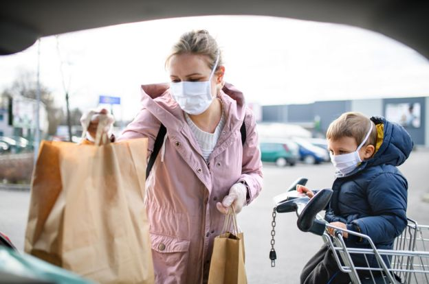 Un niño acompaña a su madre a hacer las compras.