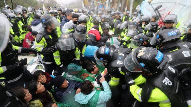 South Korean police officers attempt to disperse residents taking part in an anti-THAAD (Terminal High Altitude Area Defense) protest in Seongju, South Korea, April 23, 2018