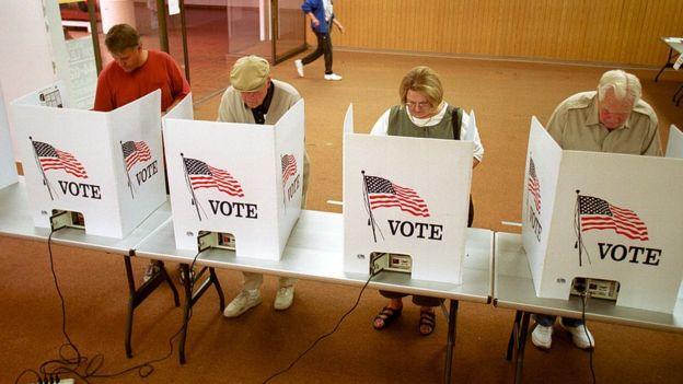 Personas votando en elecciones en Estados Unidos.
