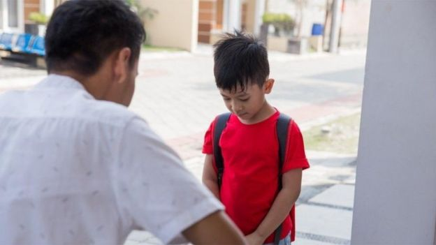 يحذر الخبراء من أن حجب المشاعر السلبية عن الأطفال قد يؤثر عليهم سلبا لاحقا