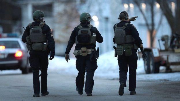 Cảnh sát đi tuần trong khu vực sau khi có báo cáo về một vụ xả súng tại công ty Henry Pratt