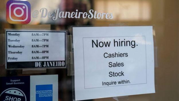 Un cartel con ofertas de empleo.