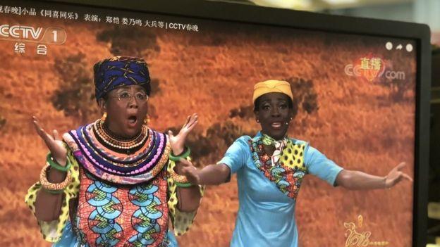 非裔演員米蘭(右)說覺得婁乃鳴(左)化妝飾演非洲人很有親切感。