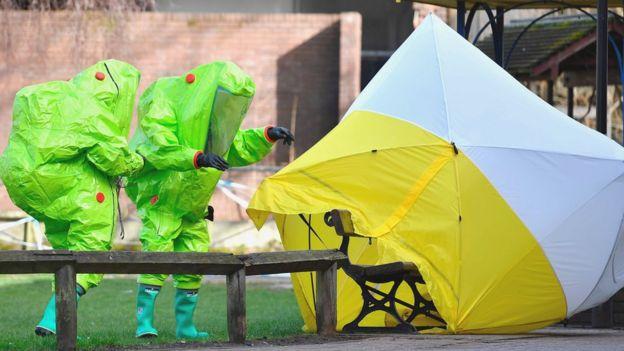 Люди в костюмах химической защиты в Солсбери