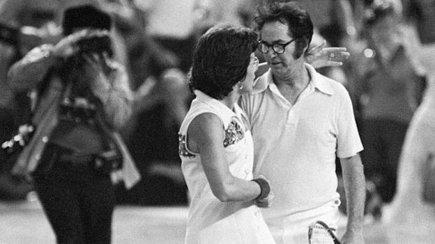 """Billie Jean King y Bobby Riggs al final de la """"Batalla de los Sexos""""."""