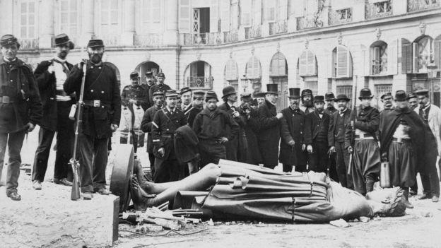 Paris Komünü'nde Napolyon'un heykelini yıkan Parisliler