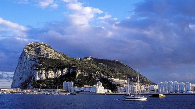 صخره جبلالطارق، این کشور جزو قلمرو بریتانیا و هم مرز با اسپانیا است