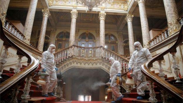 trabalhadores desinfetam o Palácio Dolmabahce em Istambul
