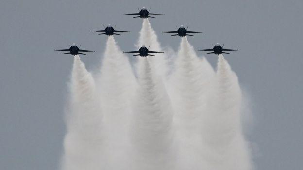 Aviones de combate de los Blue Angels haciendo una exhibición