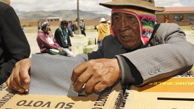 Boliviano votando