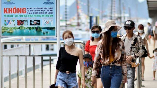 Quảng Ninh ngày 16/5: Người dân Việt Nam đi lại bình thường