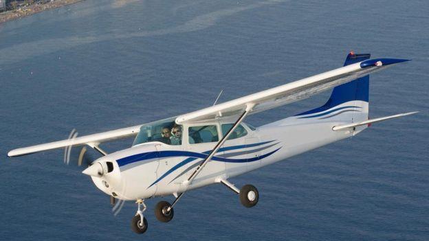 Un Cessna 172 sobrevuela el mar.