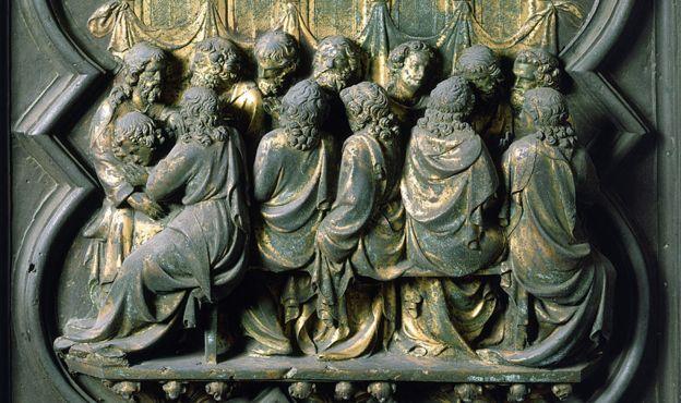 Aquí está la última cena, los apóstoles inclinados alrededor de la mesa.