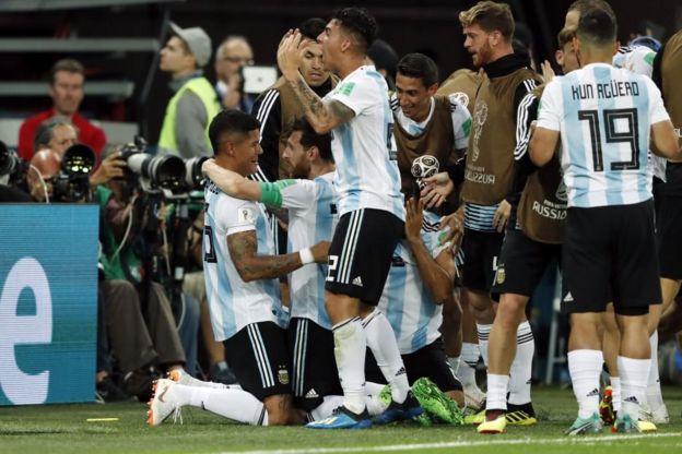 El abrazo de Messi con Rojo refleja la importancia del gol de la clasificación.