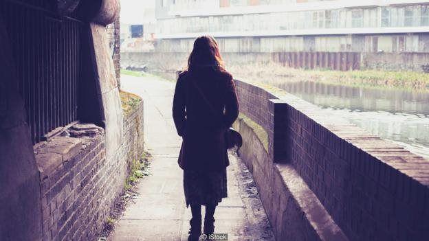 گاهی در جایی تاریک حس میکنید کسی پشت سرتان ایستاده، برمیگردید و میبینید درست حس کردهاید. قاعدتا این پدیده باید توضیحی داشته باشد