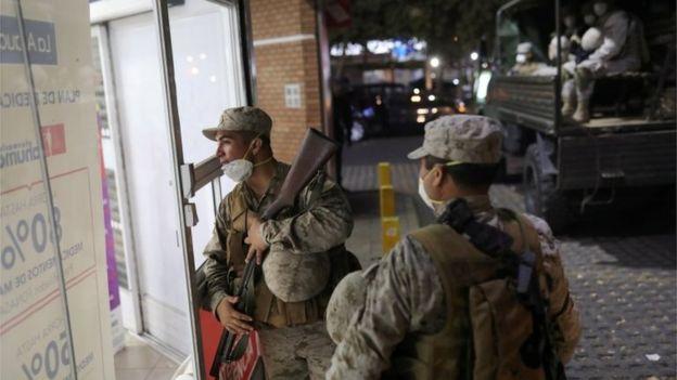 Militares patrullan en Santiago de Chile