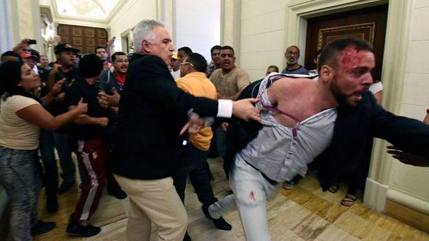 Un diputado opositor es agredido por simpatizantes del oficialismo en el Palacio Legislativo en octubre de 2016.