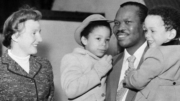 Ruth Williams y Seretse Khama y sus dos de sus hijos.