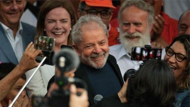 Lula é libertado em Curitiba
