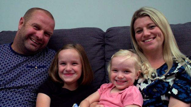 Mark y Suzanne Harper tienen dos niñas gracias a la donación de esperma.