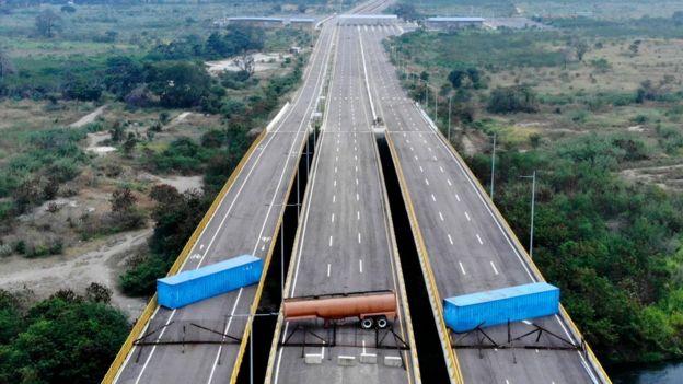 El puente Las Tienditas tiene bloqueados todos sus carriles. Foto: AFP