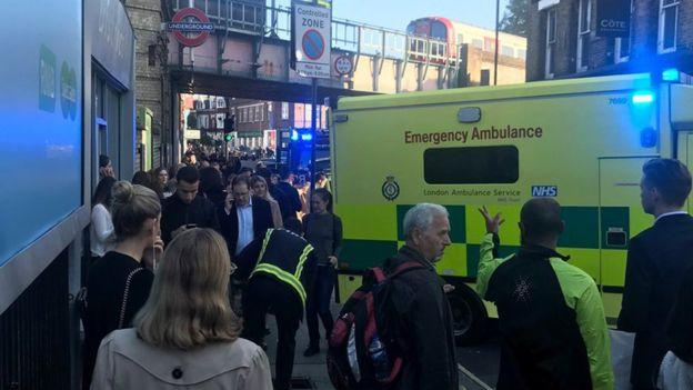 Pessoas na porta da estação onde houve explosão