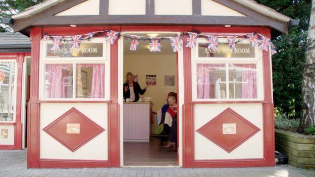 Viv e Audrey na casa de chá da 'rua sensorial'