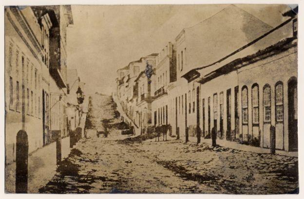 Imagem mostra a Rua dos Andradas, em Porto Alegre, na década de 1860; nesta rua, em 1884, os abolicionistas batiam de porta em porta pedindo que os senhores libertassem seus escravos. Crédito: Acervo do Museu de Porto Alegre Joaquim Felizardo/ Luiz Terragno