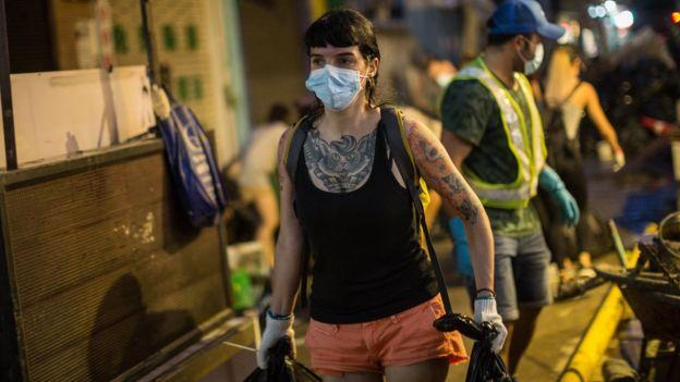 澳門街頭一名土生葡人女子協助搬運垃圾(25/8/2017)