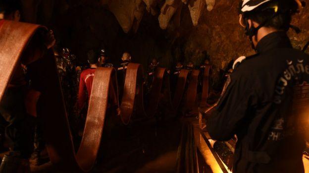 Rescatadores en la cueva de Tailandia.