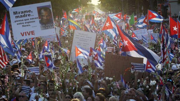 İnsanlar Küba'nın Las Damas de Blanco'ya 25 Mart 2010'da Miami, Florida'da desteğini gösteriyor