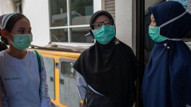 Petugas medis melakukan simulasi menghadapi virus corona di Palu.