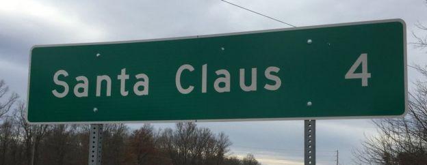 Señal de carretera de Santa Claus a cuatro millas de distancia