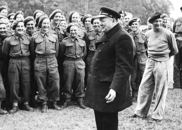 Churchill dirigiéndose a soldados aliados en 1944