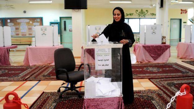 سيدة سعودية تصوت في الانتخابات